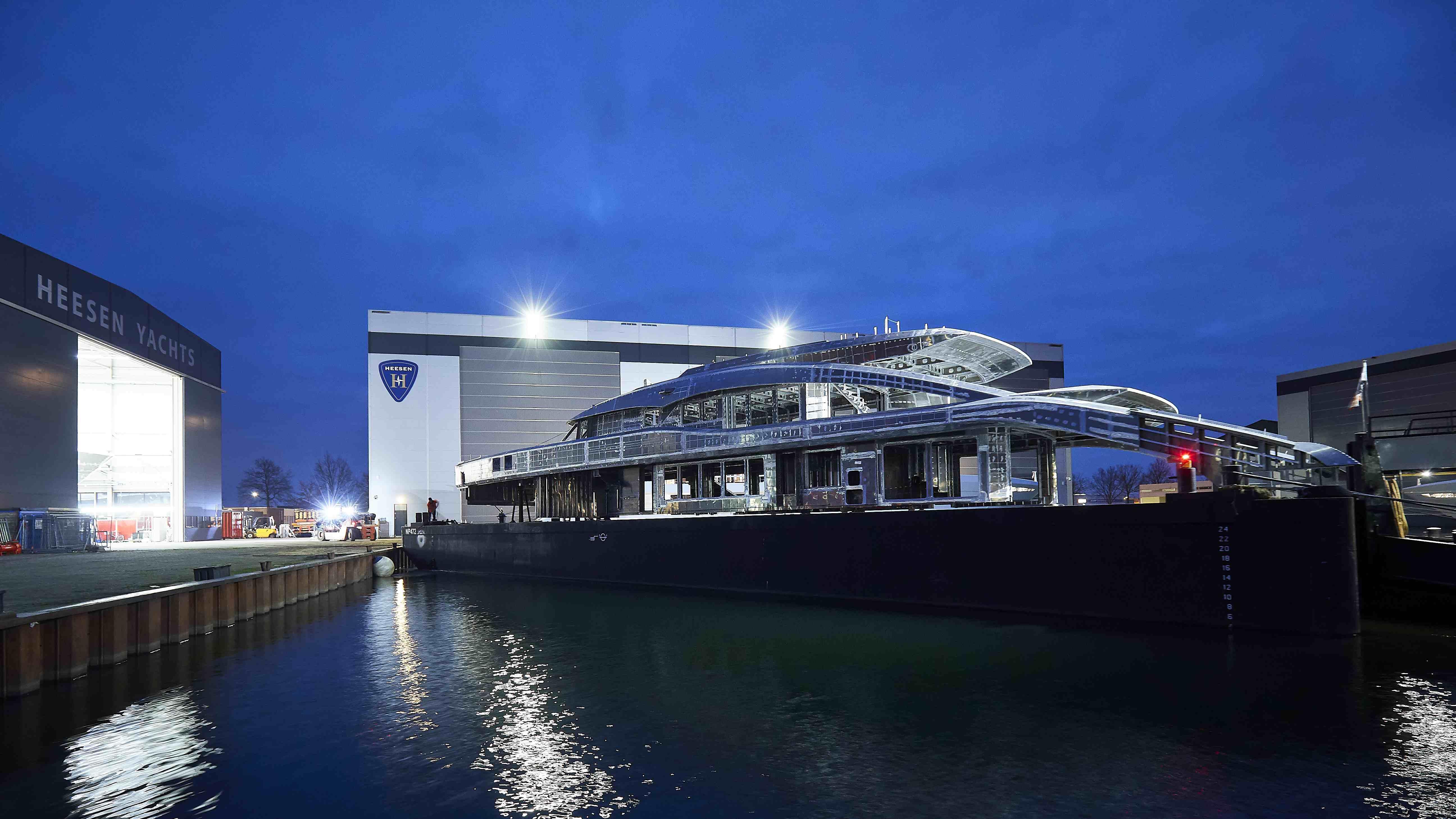 Соединены корпус и надстройка яхты Project Sapphire